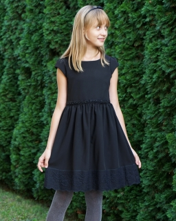 Sukienka dla dziewczynki w czarnym kolorze z koronką na dole