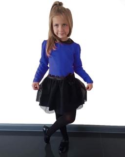 Sukienka dla dziewczynki z czarnym kolnierzem i nakrapianym tiulem.