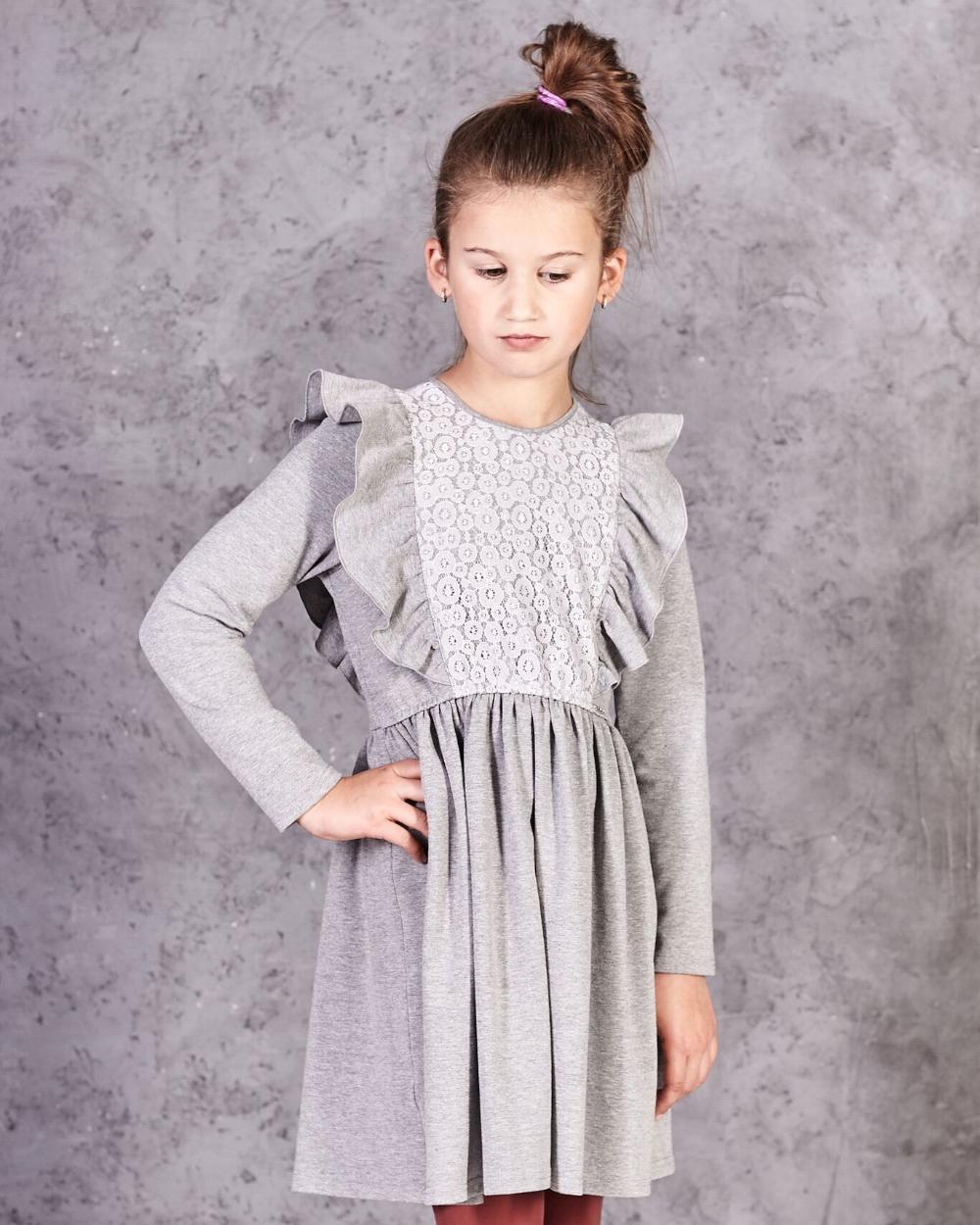 f2bba403f2c68d Sukienka z długim rękawem ozdobiona koronką falbanami dla dziewczynki  zbliżenie