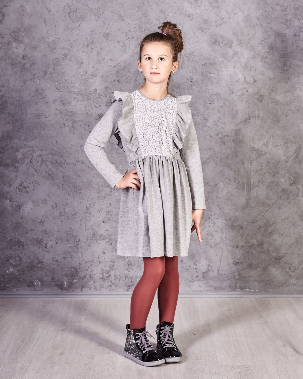 a18f9db36cdee8 Sukienka z długim rękawem ozdobiona koronką falbanami dla dziewczynki  zdjęcie z modelką