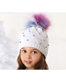 Czapka z kolorowym pomopnem i perełkami na przodzie dla dziewczynki