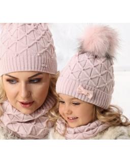 Zimowy zestaw czapka z pomponem i praktyczny komin w tym samym kolorze