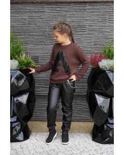 Sweter z literką A i frędzlami 134-164 Asia brązowy