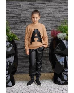 Sweter z literką A i frędzlami 134-164 Asia jasny brąz